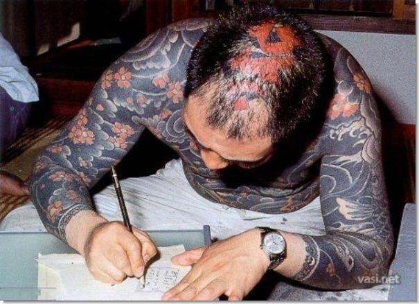мастер татуировки за работой